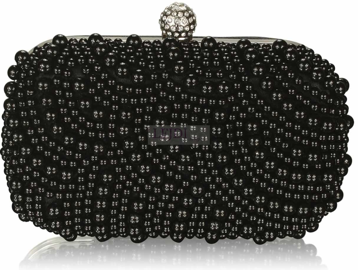Czarna torebka z korlikami
